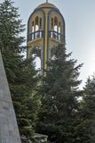 Campanario de la iglesia cerca del monumento de la Virgen María en la ciudad de Haskovo, Bulgaria imágenes de archivo libres de regalías