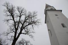 Campanario de la iglesia luterana vieja de St Berthold en Sigulda, Letonia Foto de archivo libre de regalías