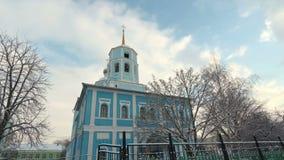 Campanario de la iglesia ortodoxa contra el cielo azul Catedral de Smolensk, Belgorod, Rusia almacen de video