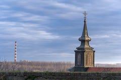 Campanario de la iglesia que pasa por alto Petrovaradin Novi Sad Serbia Fotos de archivo
