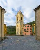 Campanario de la iglesia de San Lorenzo, famosa por ser separada de la iglesia Manarola, 5 terre, Liguria, Italia imágenes de archivo libres de regalías