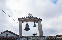 Campanario de la pequeña iglesia en el distrito de Plaka atenas imagen de archivo libre de regalías