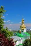 Campanario de las cuevas más bajas y de la iglesia cruzada santa, Kyiv, Ucrania Imágenes de archivo libres de regalías