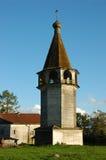 Campanario de una iglesia de madera antiguo del país en la puesta del sol Imagen de archivo libre de regalías