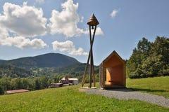 Campanario de una iglesia de madera cerca de Frenstat, República Checa foto de archivo