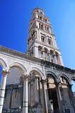 Campanario de una iglesia en la fractura - Croatia Imagenes de archivo