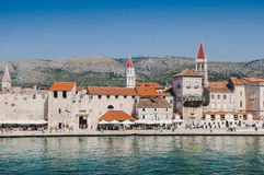 Campanario del rojo de Croacia Trogir Foto de archivo