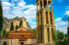 Campanario delante de las montañas en la ciudad Kalabaka, Grecia fotografía de archivo