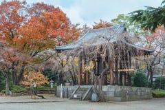 Campanario en el templo de Zojoji imagenes de archivo