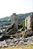 Campanario en la fortaleza vieja con un reloj, los restos de paredes, las piedras y las ruinas, barra, Montenegro foto de archivo
