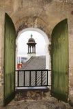 Campanario en Tallinn, la visión del Duomo desde la ventana. Estonia. Fotografía de archivo libre de regalías