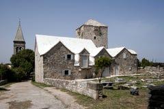 Campanario, fuerte y casas en la isla Brac Foto de archivo libre de regalías