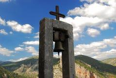 Campanario ortodoxo con las montañas en el fondo imagen de archivo