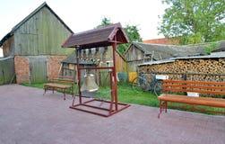 Campanario plegable figurado con las campanas de iglesia en una yarda de la casa rural, Rusia fotos de archivo