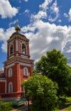 Campanario ruso de la iglesia en un fondo del cielo nublado Foto de archivo libre de regalías