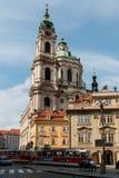 Campanario San Nicolás en Praga, checa foto de archivo