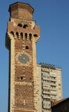Campanario viejo con el reloj de una basílica italiana antigua y Foto de archivo