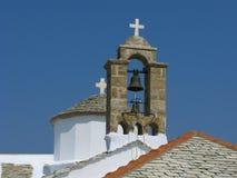 Campanario y bóveda de la iglesia con la cruz Fotos de archivo libres de regalías