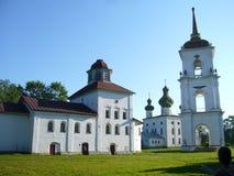 Campanario y edificio de piedra blanco en Kargopol Imagen de archivo