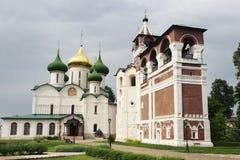 Campanario y la catedral de Spaso-Preobrazhensk y en Suzdal fotos de archivo