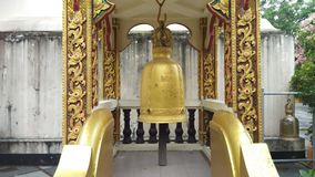 Campanas colgantes en Wat Phra That Doi Suthep en Chiang Mai, Tailandia almacen de video