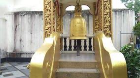 Campanas colgantes en Wat Phra That Doi Suthep en Chiang Mai, Tailandia metrajes
