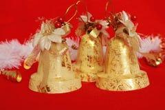 Campanas de Año Nuevo brillantes festivas en fondo rojo como decoración de las vacaciones de invierno Foto de archivo libre de regalías