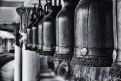 Campanas de bronce en el templo; Fotografía de archivo