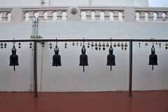 Campanas de bronce en la manera al soporte de oro Fotos de archivo libres de regalías
