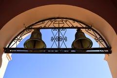 Campanas de iglesia en el arco Foto de archivo