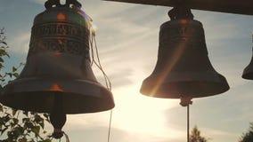 Campanas de iglesia en la puesta del sol metrajes