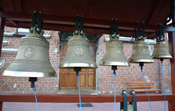 Campanas de iglesia en un campanario plegable figurado imagen de archivo