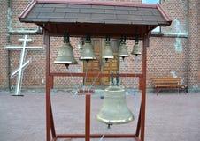Campanas de iglesia en un campanario plegable figurado imagen de archivo libre de regalías