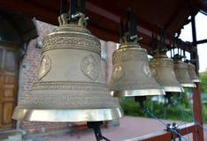 Campanas de iglesia en un campanario plegable figurado fotografía de archivo