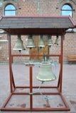 Campanas de iglesia en un campanario plegable figurado imágenes de archivo libres de regalías
