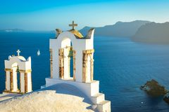Campanas de iglesia en una iglesia ortodoxa griega, Oia, Santorini, Grecia, Fotos de archivo