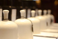 Campanas de la fragancia en tienda del perfume imagenes de archivo