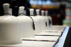 Campanas de la fragancia en tienda del perfume imágenes de archivo libres de regalías