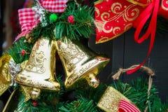 Campanas de la Navidad en rama de árbol del Año Nuevo Imagenes de archivo