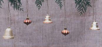 Campanas de la Navidad de oro en el fondo de lino de la tela fotos de archivo libres de regalías
