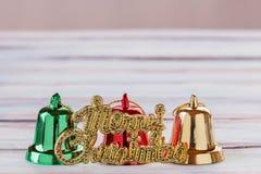 Campanas de la Navidad y decoración del Año Nuevo en etiqueta de madera del viejo grunge Fotografía de archivo libre de regalías