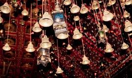 Campanas de oro con palabra afortunada del saludo en cinta roja en Dakshineswar Kali Temple Kolkata Deseo de la gente de los pere foto de archivo libre de regalías
