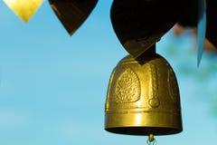 campanas de oro en templo budista Foto de archivo libre de regalías
