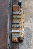 Campanas de puerta oxidadas viejas con los botones y las tablas imagen de archivo libre de regalías