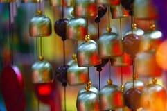 Campanas de viento coloreadas del vidrio y del cobre foto de archivo