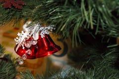 Campanas del rojo de las decoraciones de la Navidad Fotografía de archivo