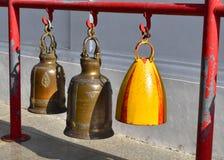 Campanas del templo de diversos colores y diferente Fotos de archivo libres de regalías
