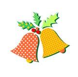Campanas elegantes con acebo y ornamentos en el fondo blanco feliz libre illustration