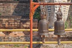 Campane bronzee in buddista fotografie stock