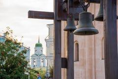 Campane d'acciaio nella priorità alta con la chiesa con un Green Dome e una sorba o una cenere selvaggia con i frutti rossi nei p Fotografie Stock Libere da Diritti